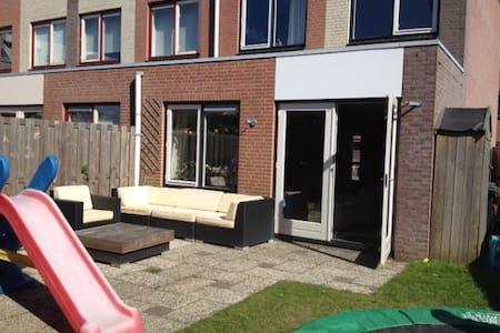 Zeer ruime hoekwoning nabij strand incl. fietsen - Noordwijk - Talo