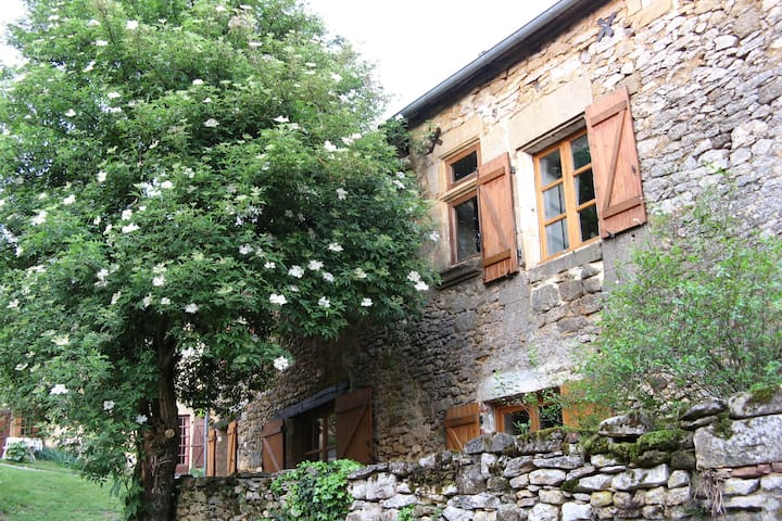 Gourdon : maison ancienne avec terrasse et jardin