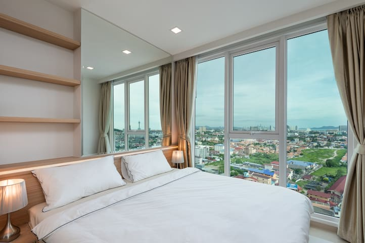 Big double bed with fresh linens and a very nice view overlooking Pattaya.