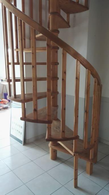 L'escalier en bois qui mène aux chambres.