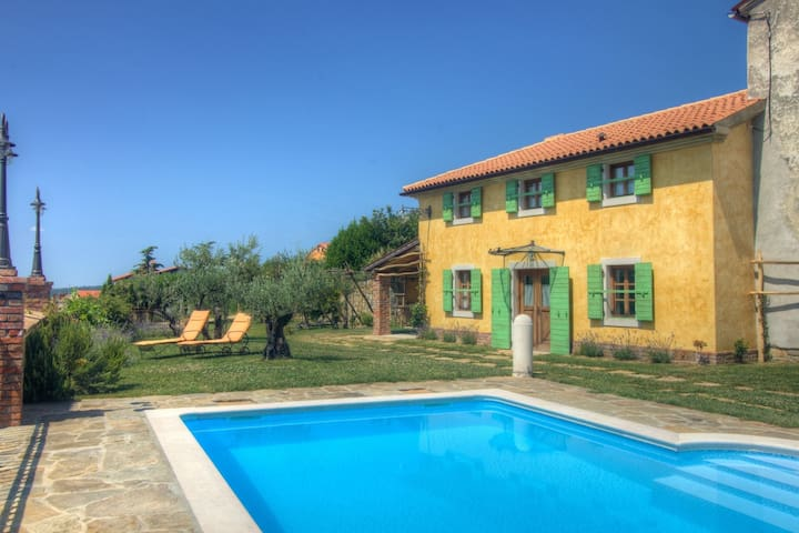Tasteful villa with swimming pool, 15 km from the sea and beach