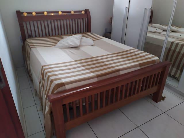 Acomodação para 2 pessoas, ambiente limpo e confortável com ventilador a disposição e 1 armário.