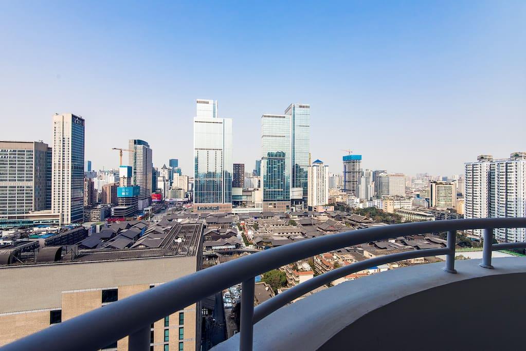 从阳台可直接俯瞰太古里和成都市最繁华的商圈春熙路。