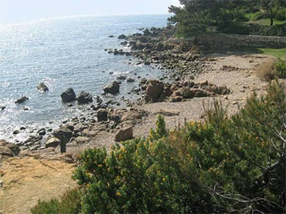 La plage de La Vernette, devant le jardin.  Une grande plage de sable ( Les Sablettes ) se trouve à 200 mètres