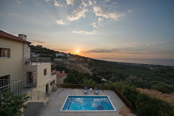 Villa Star is a comfortable, cozy and very well equipped holiday home on a slope nearby Maroulas above the bay of Rethymnon on the island of Crete.