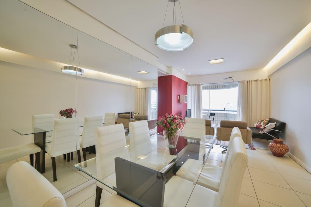 Mesa de jantar confortável com seis lugares.