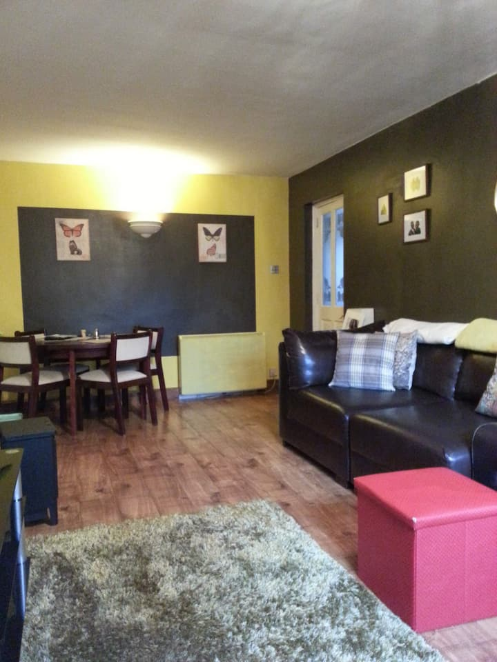 LILY'S BEAUTIFUL HOME -5 MINS FROM GLASGOW AIRPORT
