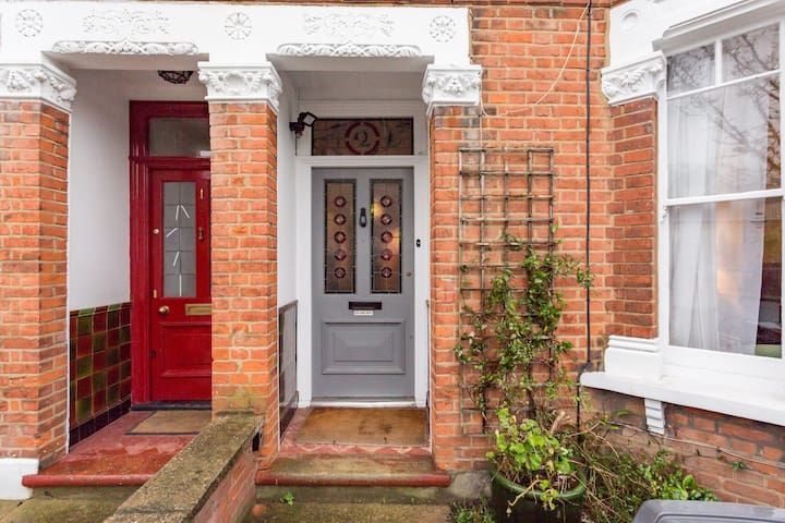 Three bedroom house in Hendon