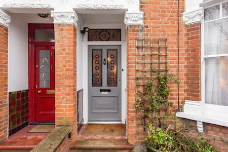 Three bedroom family house in Hendon - Londen