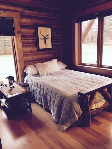 Cozy bedroom in our log home - Waunakee - Casa