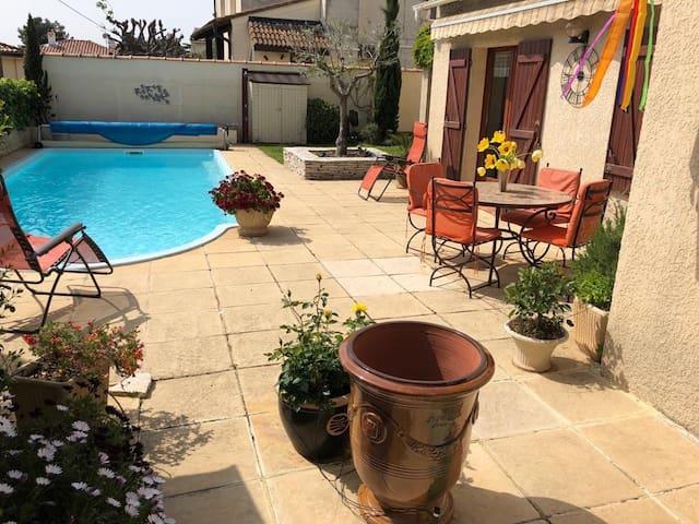 La piscine de 9x4m avec une profondeur de 1,60 est tempérée comme la douche extérieure par un chauffage solaire. Une barrière de sécurité peut être installée.