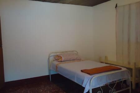 Cuarto cómodo en casa de familia. - Masaya - Flat
