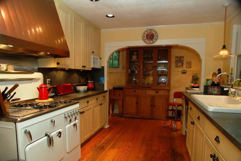 The vintage kitchen is easy to use; it's clean, equipped and moderately stocked.