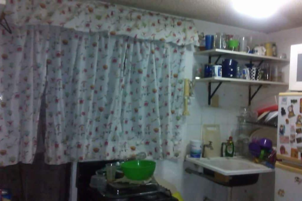 Cocina con refrigerator,horno,entrepaños ,trastes para USO y demas...