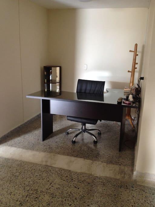 Escritorio ejecutivo-silla ergonómica.