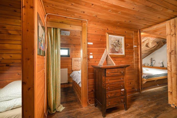 Upper floor - common area, hallway to sleeping areas: bedroom 4, bedroom 6, bedroom 7