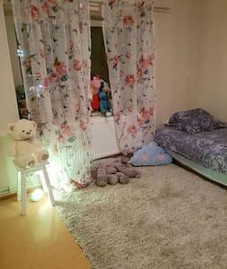 WiFi, breakfast, bath and towels. - Täby - Wohnung