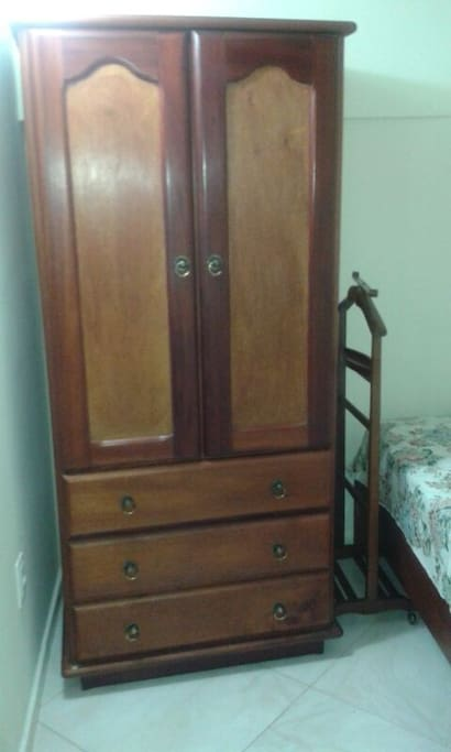 Quarto - armário 2 portas, cama solteiro, persiana. Ambiente Familiar