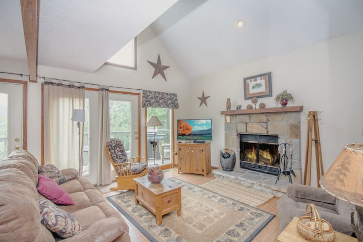 Mountain Charm, 3 Bedrooms, Sleeps 6, Private, Wood Fireplace, Pool Table