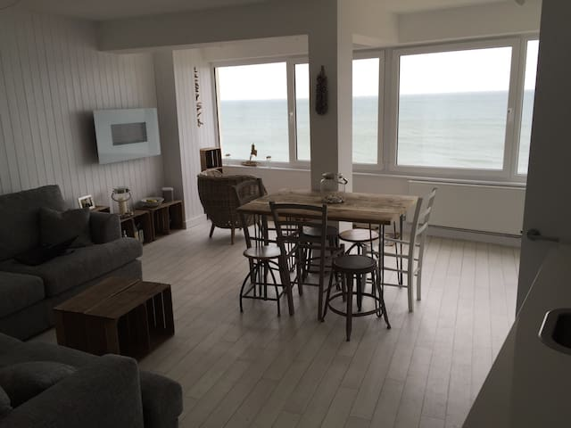 Fabulous Family Friendly Flat right on the beach.