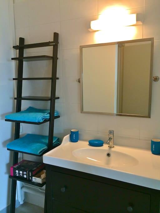 Salle de bain toute equipée avec cabine de douche spacieuse