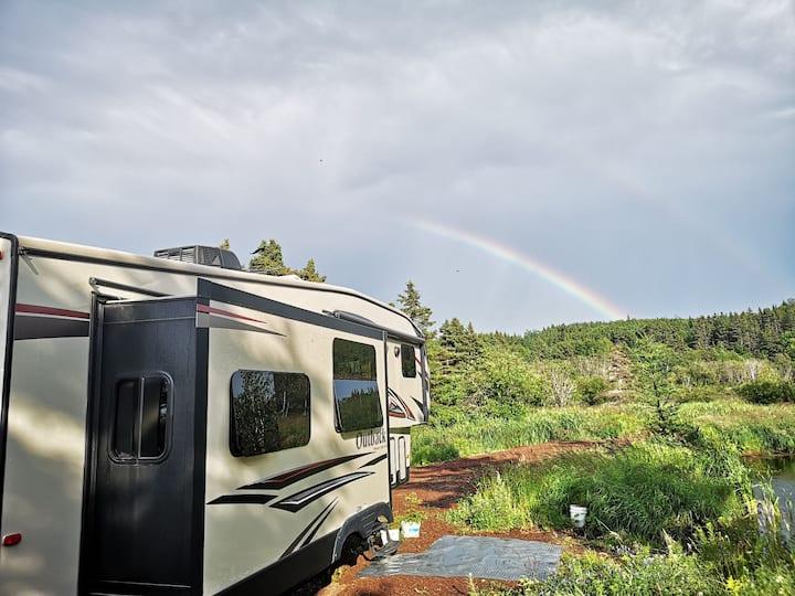 Camping car luxueux avec vue mer et lac.