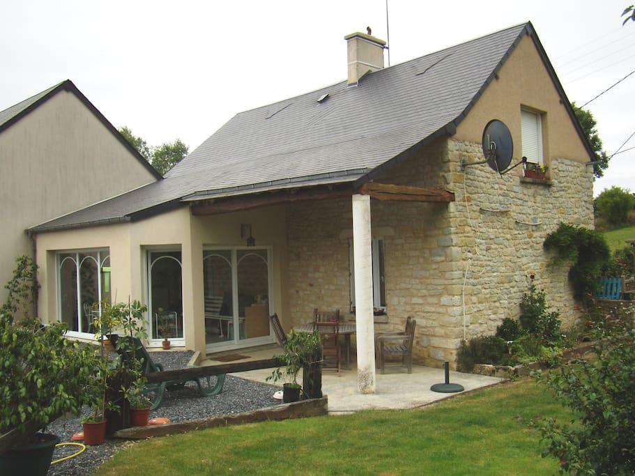 Véranda attenante, terrasse avec salon en teck, jardin d'agrément
