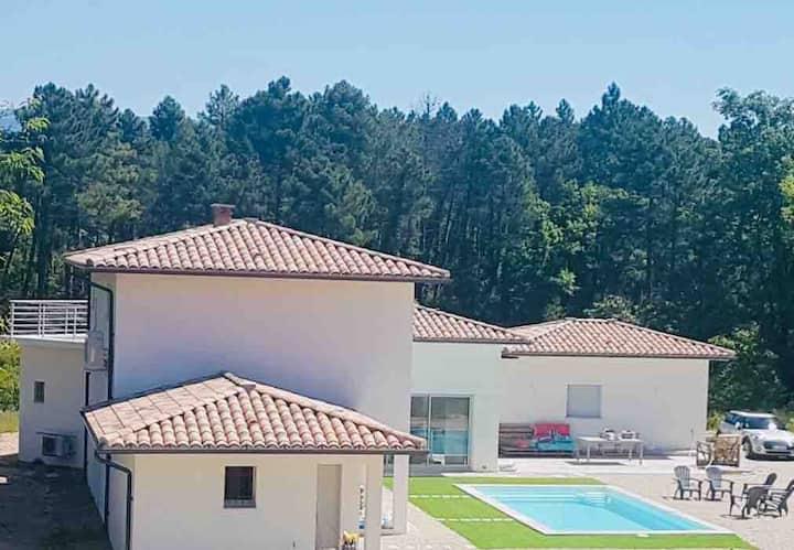 Villa neuve de 180 m2, piscine, 4 chambres, 3 SDB