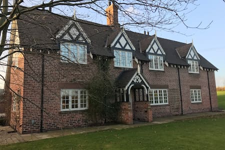 Cheshire Farmhouse Bed & Breakfast - Beeston