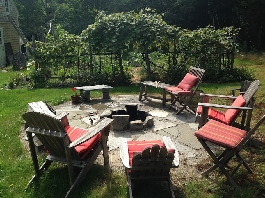 Enjoy sitting around the firepit by the garden. Firepit available when Nancy is present - only due to fire regulations.