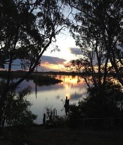 On Goulburn Ponds, Nagambie Lakes - Kirwans Bridge - Hus