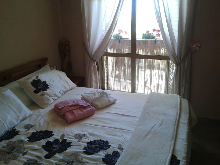 dormitorio con cama XXL 2M x 2M - vista sobre el mar