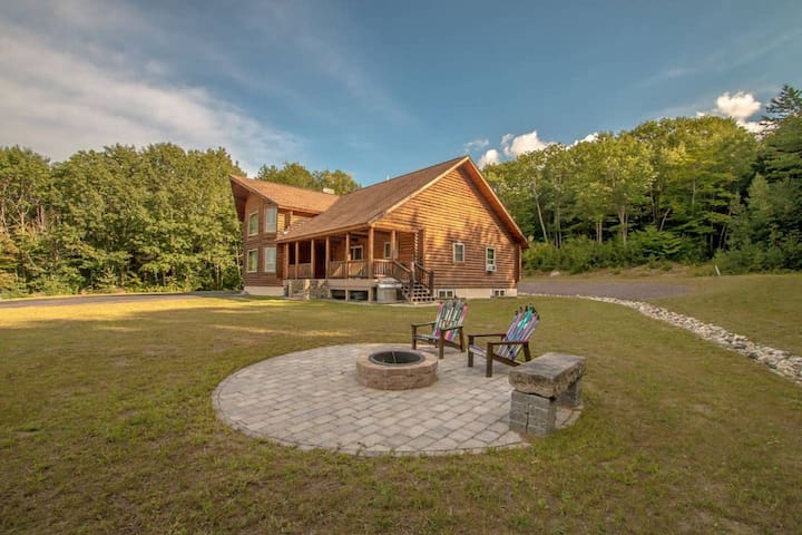 Luxury North Conway log home on 21 acres! Featured on HGTV, close to skiing/Conw
