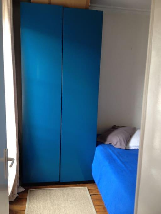 Une chambre avec une grande fenetre