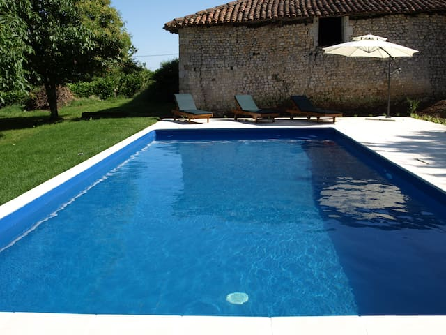 Renovated farmhouse, private pool - Nonac