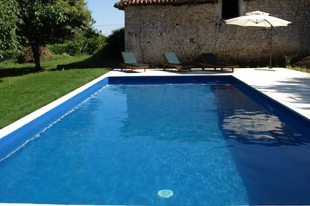Renovated farmhouse, private pool - Nonac - Huis