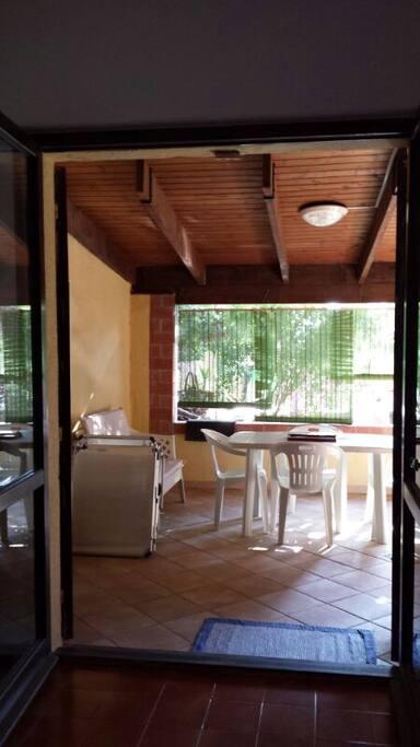 Giardino con spazioso loggiato.   Garden with large veranda.