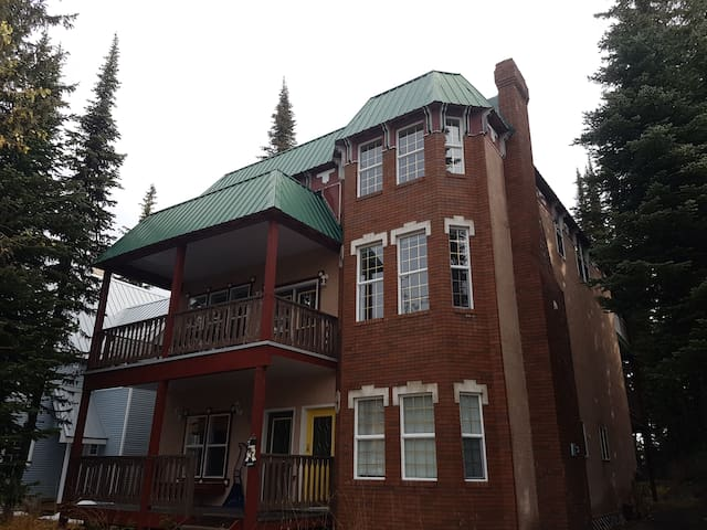 Stay at Fawlty Towers at Silver Star Mountain! - Vernon - Chalet