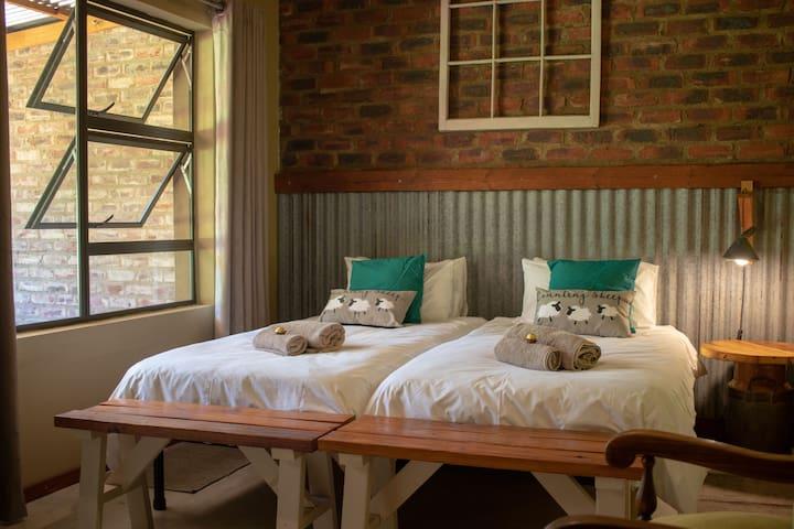 De Oude Melkstal: Twin Room - Sheep Unit