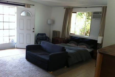 Room in House in Hip Silver Lake - Bed & Breakfast