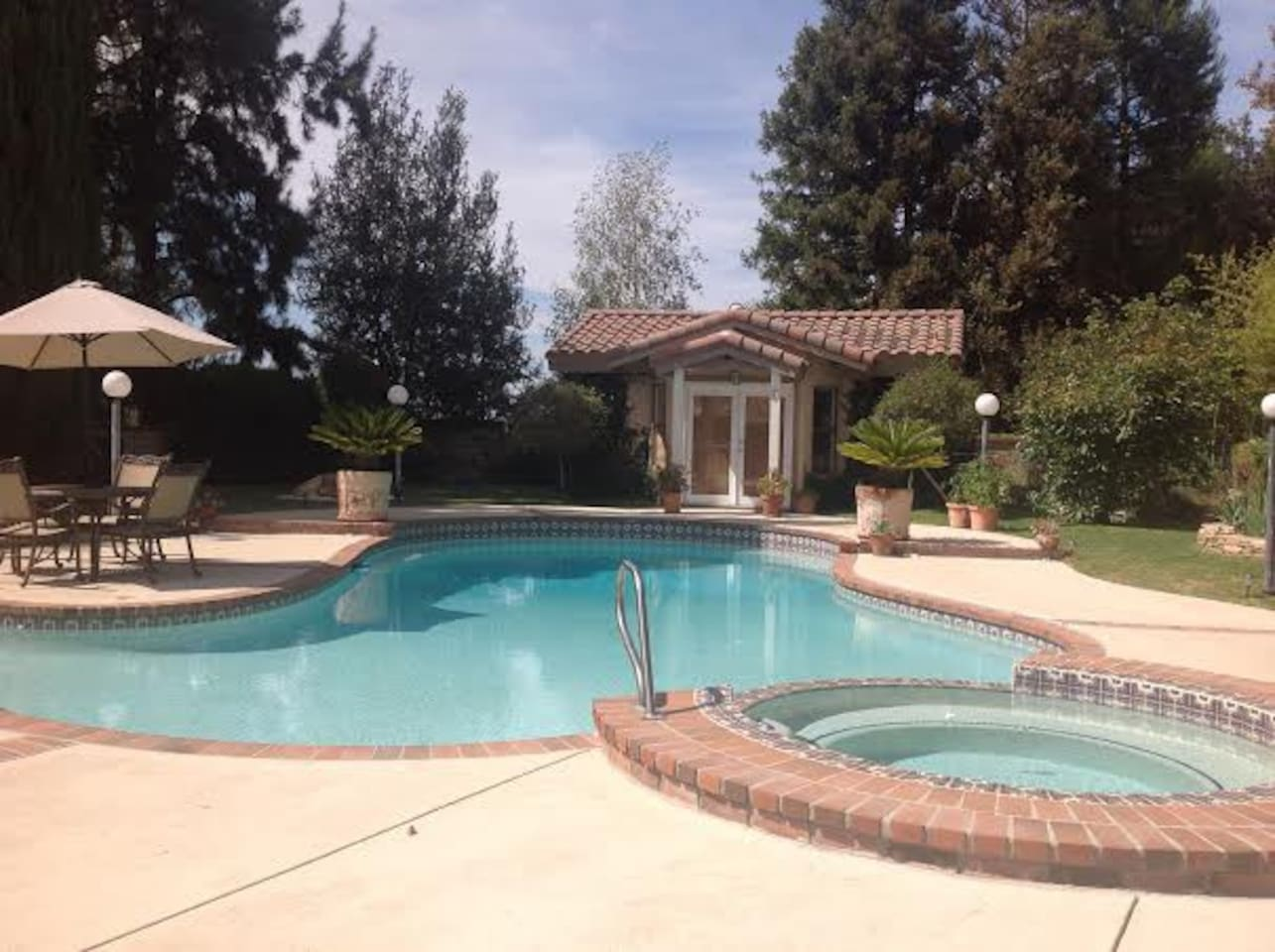 Guest house with pool and jacuzzi
