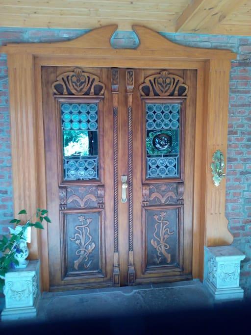 Die Eingangstür.
