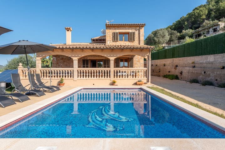 Cosy Holiday Home with Wi-Fi, Pool, Terrace and Garden with Mountain View; Parking Available