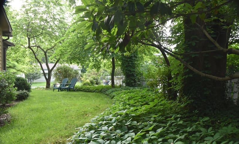 "Friendly City Garden Sanctuary ""Garden View"" Room"