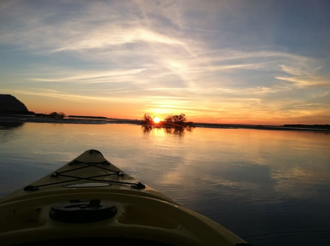 Bungalow: Waterfront/Hot Tub/Kayaks/Wildlife/cozy