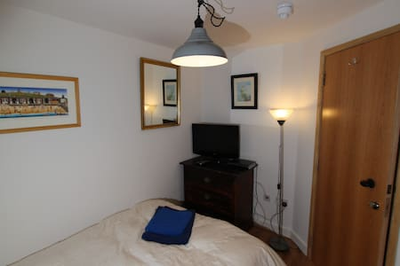 Double bedroom (no. 5) in Kingston-upon-Thames