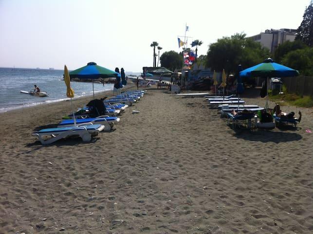 обородуванный пляж перед комплексом