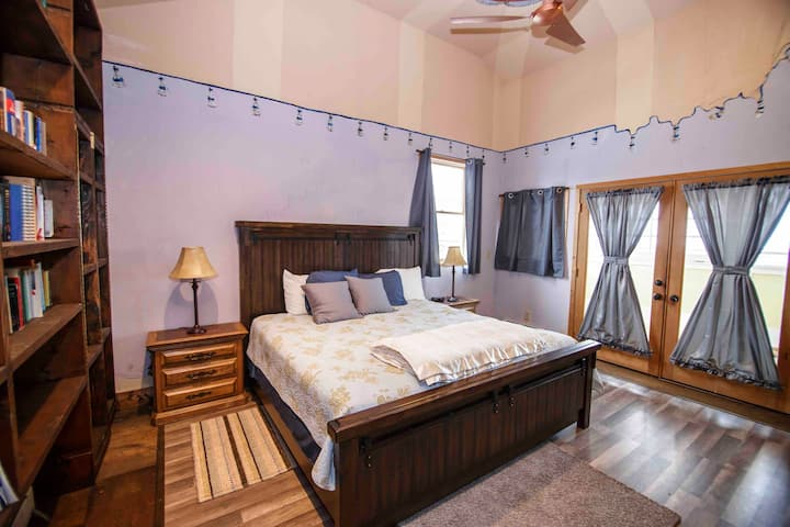Historic Carriage House Downtown Apartment