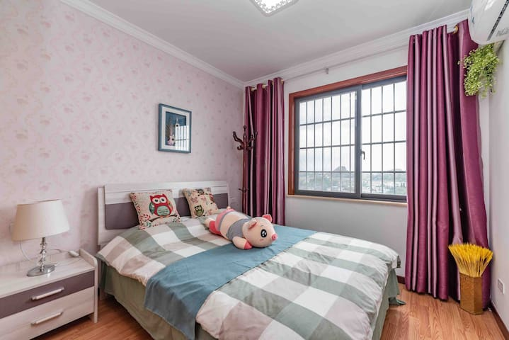 两间卧室风格不一样,都有空调,床头柜