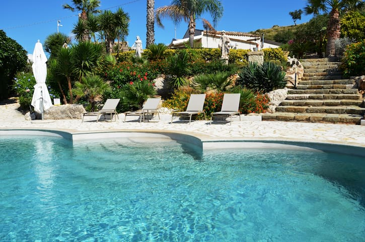 Grande villa con giardino panoramico e piscina
